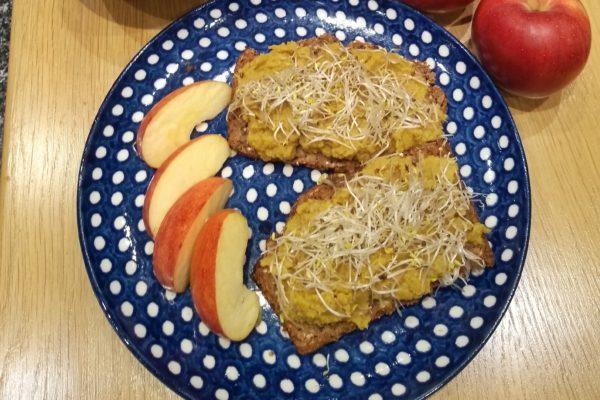 Apfel-Curry-Humus mit Sprossen