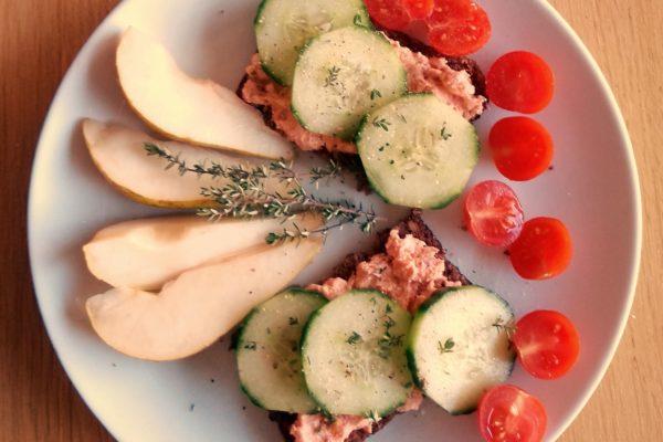 Frühstück mit Tomatencreme