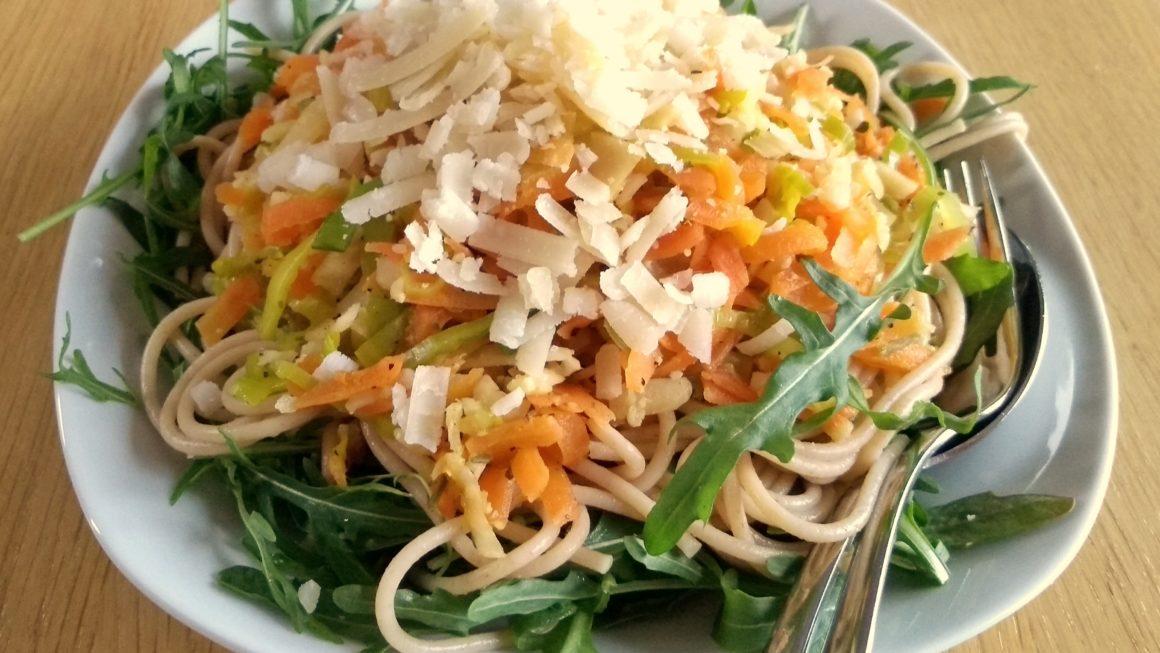 Vollkornspaghetti mit Gemüse auf Rucola