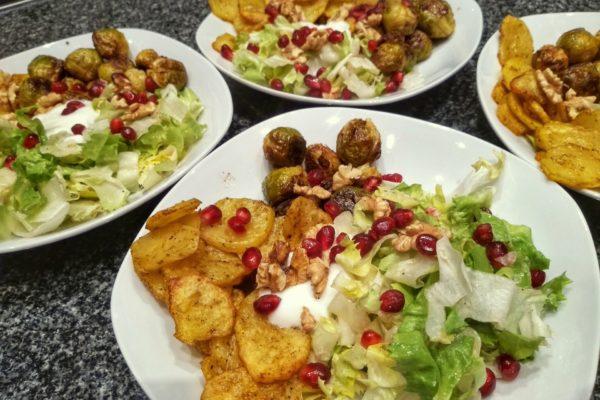 Vegetarische Bowl mit Rosenkohl und Kartoffeln