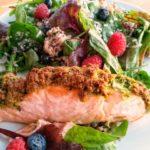 Lachs überbacken aus dem Ofen mit Bärlauch-Mandel-Kruste auf dem Salatbett