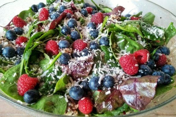Wildkräutersalat mit Beeren